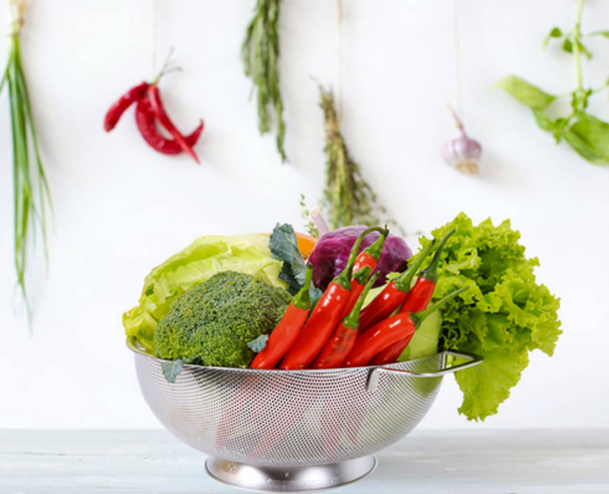 Thank to big size (5 quart), Benchusch Premium Stainless Steel Colander can store many vegetables together