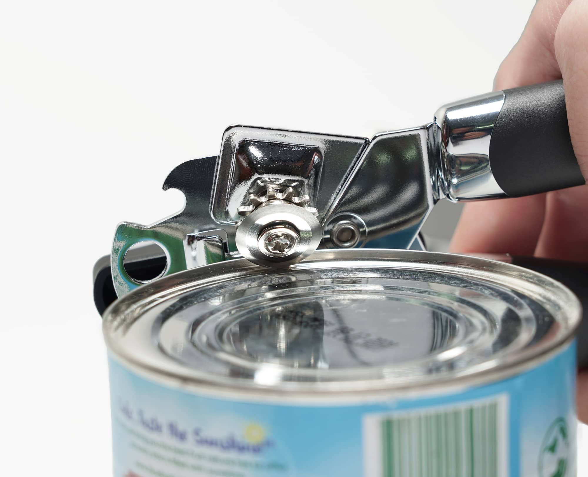The cutting wheel of Benchusch Classia Can opener is cutting the can