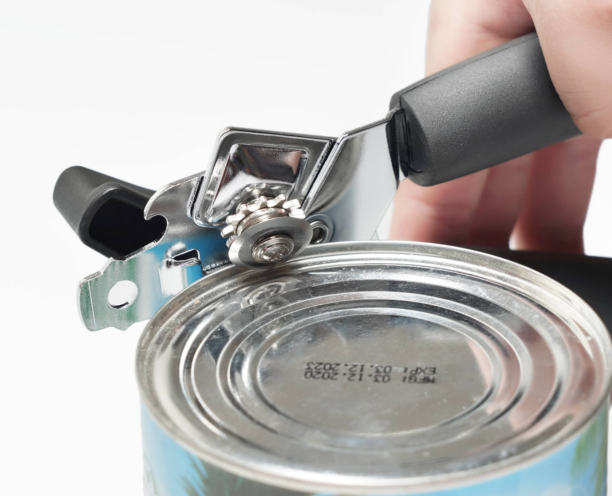 Cutting Edge of Can with Benchusch Magnet Classia Can Opener