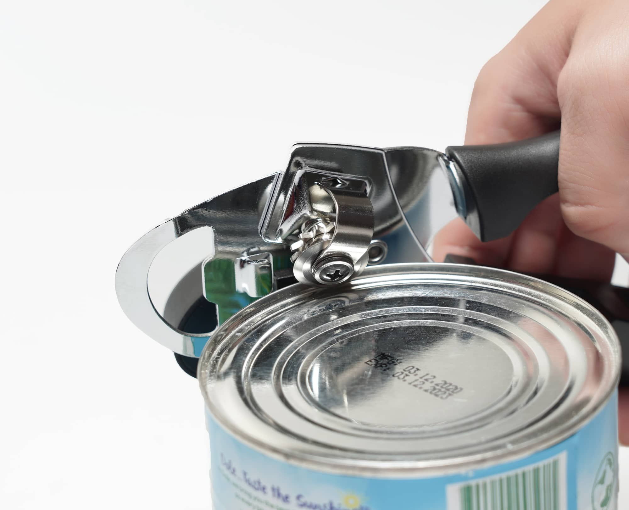 Cutting through the lid can with Benchusch Mordena Can Opener with Easy Turn Knob