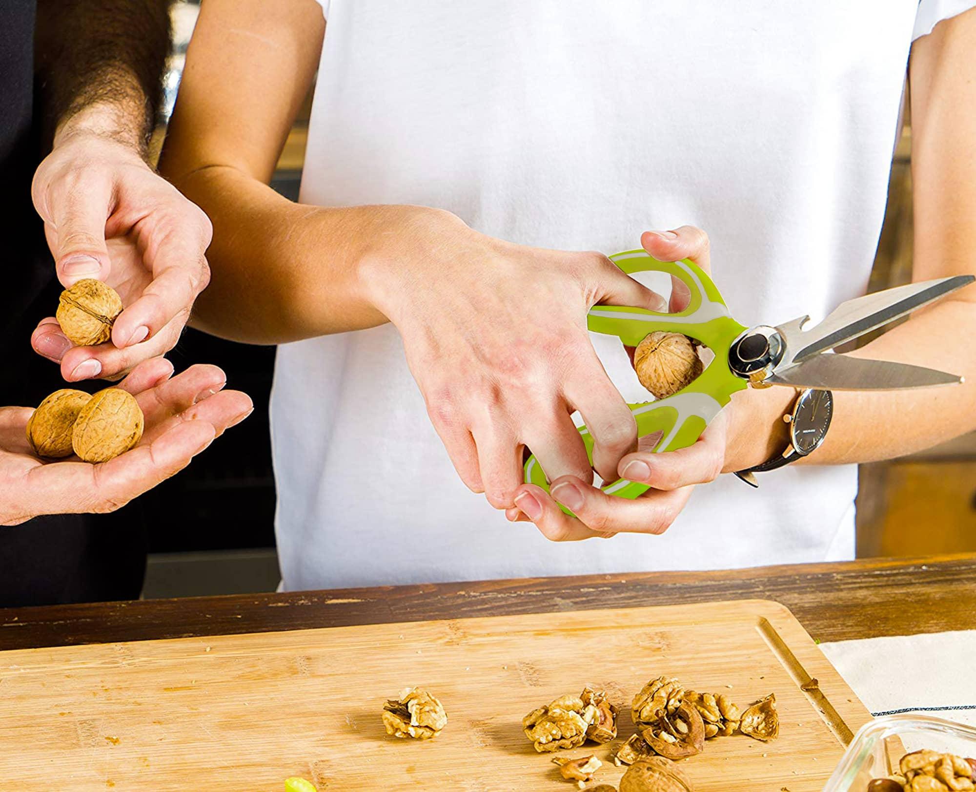 Using Benchusch Multipurpose Kitchen Shears cracking walnuts